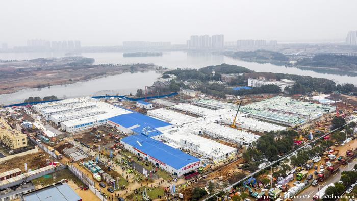 China Wuhan | Baustelle neues Huoshenshan-Krankenhaus (picture-alliance/AP Photo/Chinatopix)