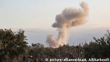 02.02.2020, Syrien, Sarmin: Rauchschwaden steigen nach einem Luftangriff auf, der angeblich von Flugzeugen der russischen und syrischen Streitkräfte in der Stadt Sarmin, in der Region Idlib, ausgeführt wurde. Die Region Idlib um die Stadt Idlib ist Syriens letztes großes Rebellengebiet. Foto: Anas Alkharboutli/dpa | Verwendung weltweit