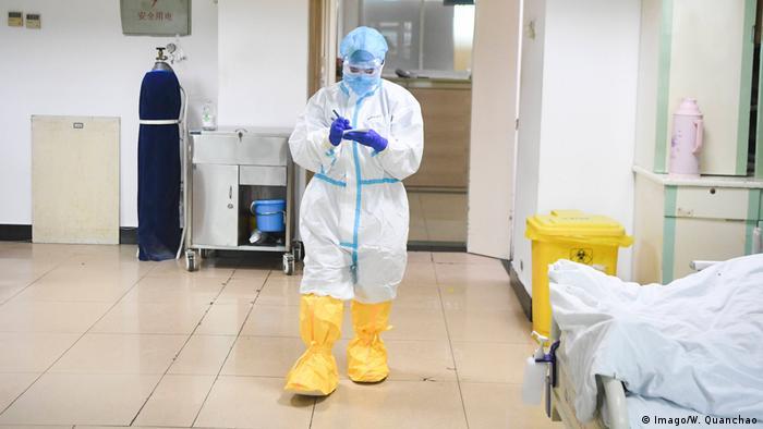 Ubrany w specjalny kombinezon lekarz na oddziale zakaźnym w Chinach