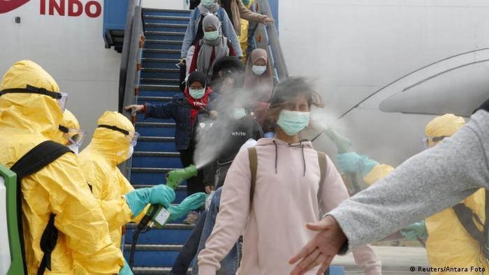 WNI dari Wuhan tiba di Natuna (Reuters/Antara Foto)