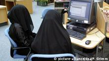 Frauen sitzen in schwarzer Kleidung und mit Kopftüchern verhüllt an Computern in der Bibliothek der Zayed-Universität in Abu Dhabi, aufgenommen am 05.03.2005. Foto: Peer Grimm +++(c) dpa - Report+++ | Verwendung weltweit