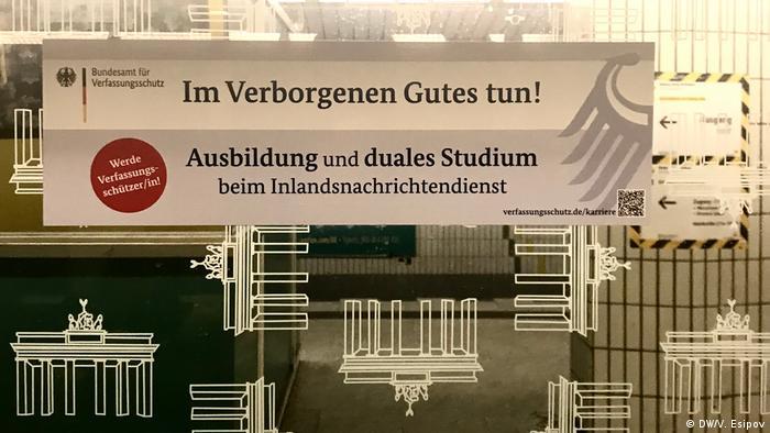 publicidad de la Oficina Federal de Protección de la Constitución alemana en el metro de Berlín.