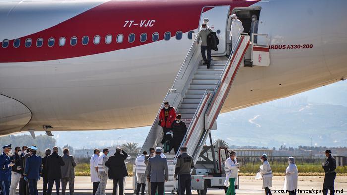 Algerien Algier | Passagiere aus Algerien, Libyen und Mauretanien Flugzeug nachdem Sie aus China ausgeflogen wurden (picture-alliance/dpa/F. Hamdi)