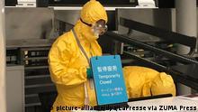 02.02.2020, China, Wuhan: Sicherheitspersonal mit Schutzanzügen und Mundschutz steht hinter einem Schalter am Flughafen Wuhan, auf dem ein Schild mit der Aufschrift «Temporarily Closed» (vorübergehend geschlossen) steht. Foto: Lapresse/LaPresse via ZUMA Press/dpa +++ dpa-Bildfunk +++ |