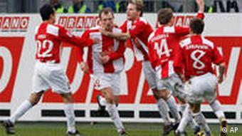 Mainz feiert den Siegtorschützen Svensson (m.). (Foto: apn)