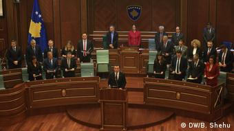 Kosovo Pristina | Parlament des Kosovo stimmt über neue Regierung ab: Albin Kurti (DW/B. Shehu)