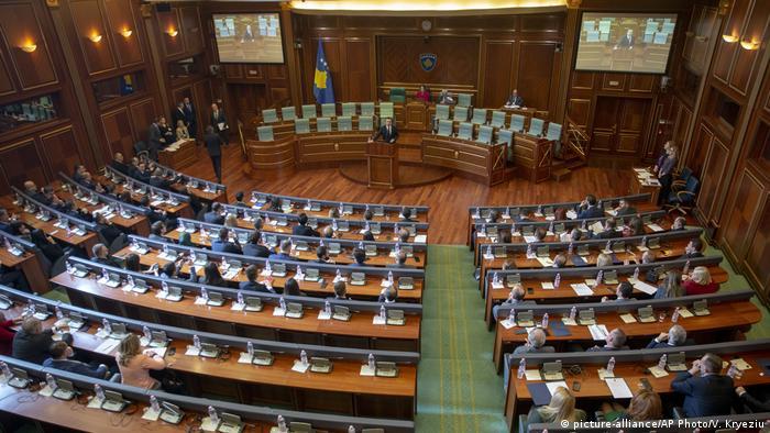 Kosovo Pristina | Parlament des Kosovo stimmt über neue Regierung ab: Albin Kurti (picture-alliance/AP Photo/V. Kryeziu)