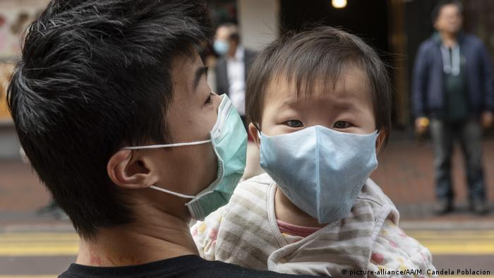 Hongkong | Vater und Sohn mit Atemschutzmaske