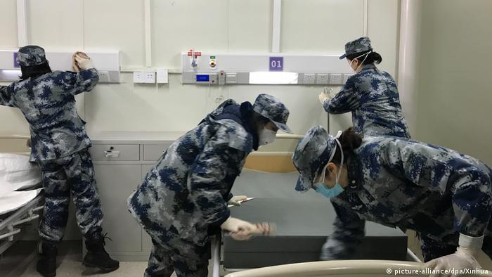 China Wuhan | Medizinisches Personal im Huoshenshan-Krankenhaus testet Einrichtungen (picture-alliance/dpa/Xinhua)