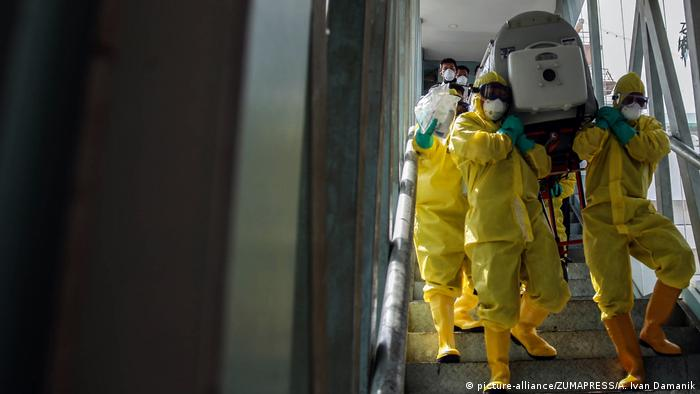 Indonesien Medan   Übungseinsatz zur Vorbereitung für Corona-virus infizierte Patienten (picture-alliance/ZUMAPRESS/A. Ivan Damanik)