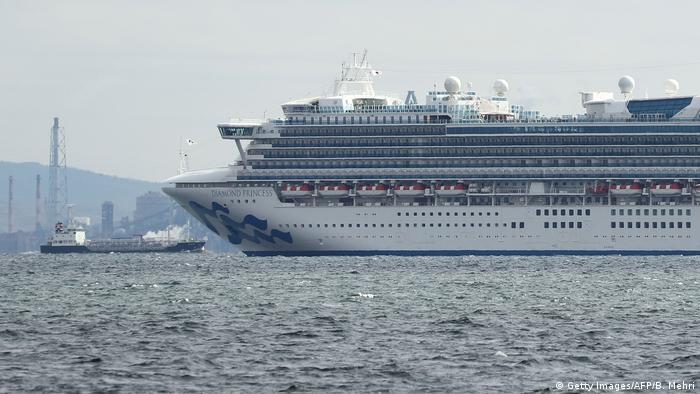 Круизный лайнер Diamond Princess в порту Йокогамы