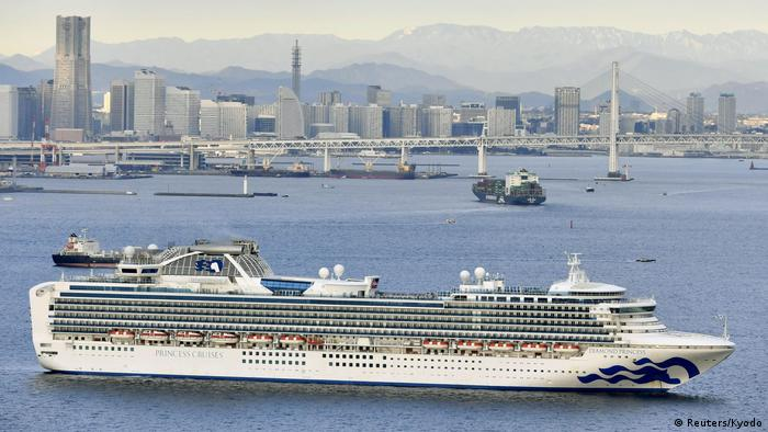 Круизный лайнер Diamond Princess в гавани Йокогамы, Япония