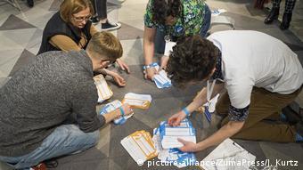 Εθελοντές καταμετρούν τα ψηφοδέλτια με το χέρι προς επιβεβαίωσε του αποτελέσματος