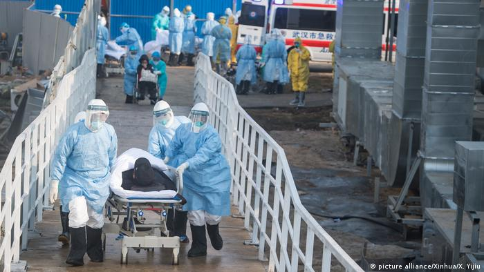 Pacientes de Wuhan infectados com coronavírus são transferidos para novo hospital