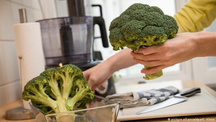 بروکلی به تیرهای از سبزیها تعلق دارد که به دلیل وفور فلاونوئیدهایش از نقش ویژهای در درمان بیماریهای سرطانی برخوردار است. مصرف سه تا چهار وعده بروکلی در هفته از خطر ابتلا به سرطان پستان و سرطان مثانه آشکارا میکاهد. اسفناج و کلم نیز سموم بدن را میزدایند و سیستم ایمنی آن را تقویت میکنند. مصرف هر دو آنان سبب پیشگیری از بیماریهای سرطانی و نابودی سلولهای سرطانی است.