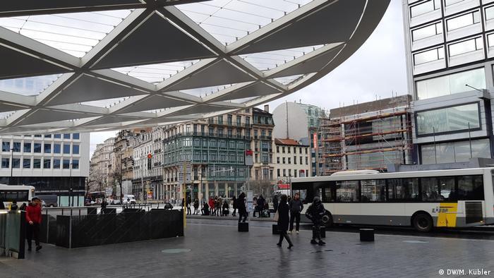 Servicio de autobuses en la zona peatonal de Place Rogier, Bruselas.