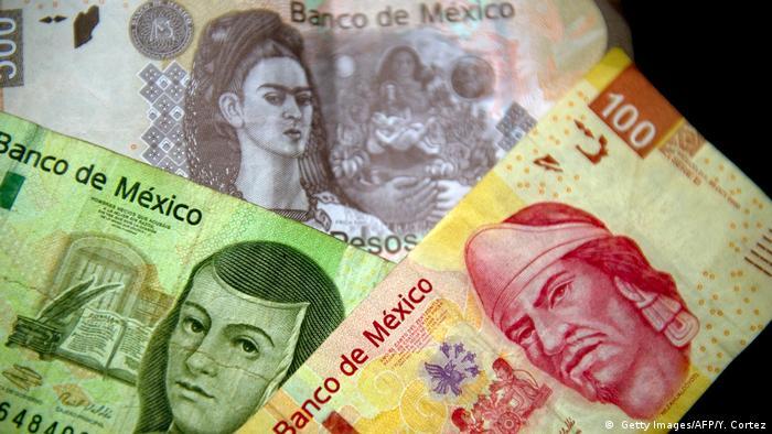 La renombrada pintora mexicana Frida Kahlo aparecía hasta septiembre de 2018 en México en el anverso del billete de 500 pesos, y en el reverso, quien fuera su esposo, el pintor Diego Rivera. Pero fue sustituida por Benito Juárez durante el Gobierno de López Obrador. La religiosa y escritora Sor Juana Inés de la Cruz estuvo en los billetes de 500 desde 1978, pero desapareció en 2019.