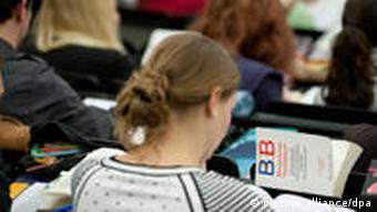Studenten verfolgen in einem Hörsaal auf dem neuen Campus der Universität Leipzig einer Juravorlesung ( Foto: Peter Endig dpa/lsn +++(c) dpa - Bildfunk+++)