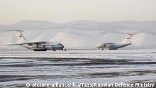 04.02.2020, Russland: RUSSIA - FEBRUARY 4, 2020. Pictured in this video grab is a Russian Aerospace Forces aircraft (R) at an airfield in Russia's Eastern Military District, before departure for Wuhan, China, for the first evaction flight for Russian nationals from Wuhan. Aboard the aircraft are military medical officers and Russian Defence Ministry virologists with supplies of medicines and devices for infection detection tests. Russia begins evacuation of its citizens from Wuhan in connection with an outbreak of the 2019-nCoV coronavirus, which started in Wuhan in December 2019; as of 4 February 2020, the number of people infected with the new strain of coronavirus in China has risen over 20,000, with the death toll reaching more than 400; Russia has two confirmed cases of the new coronavirus. Video grab/Ministry of Defence of the Russian Federation/TASS Foto: Russian Defence Ministry/TASS/dpa  