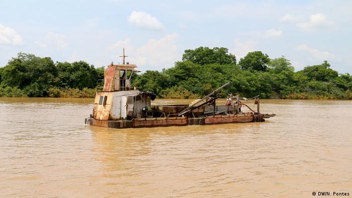 Barca no meio de um rio