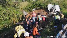 Mexiko, Veracruz, San Andres Tuxtla: Ersthelfer behandeln Migranten nach Unfall