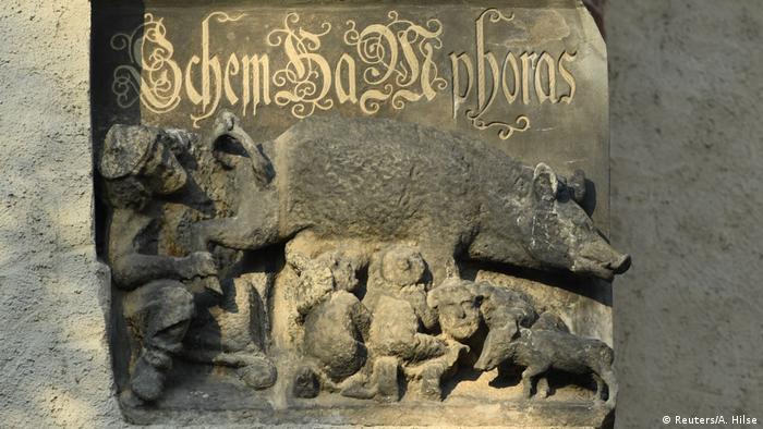 Escultura antissemita em baixo relevo mostrando um porco