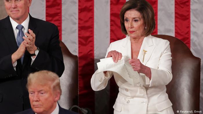 Nancy Pelosi tears up a copy of Trump's speech (Reuters/J. Ernst)