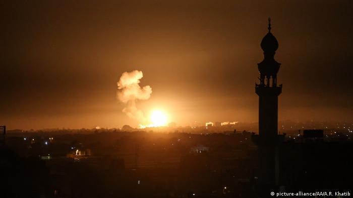 Вспышка и столб дыма в городе Хан-Юнис после авиаудара в секторе Газа