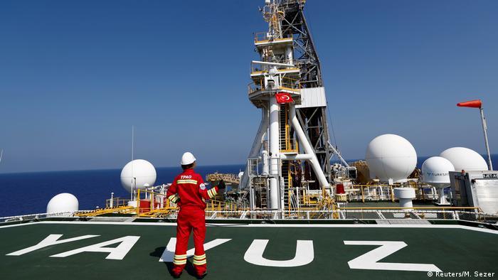 Ein Ingenieur auf dem Hubschrauberlandeplatz des türkischen Bohrschiffs Yavuz im östlichen Mittelmeer vor Zypern