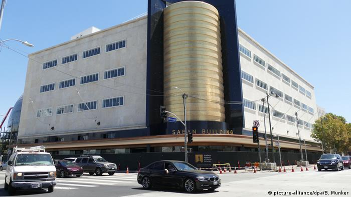 The fassade of the former department store shows a cylindrical cornerpiece with gold. (picture-alliance/dpa/B. Munker)
