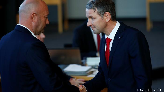 Thüringen Björn Höcke gratuliert dem neu gewählten Ministerpräsidenten Kemmerich