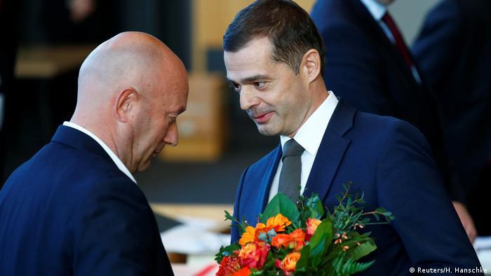 Mike Mohring congratulating Thomas Kemmerich (Reuters/H. Hanschke)