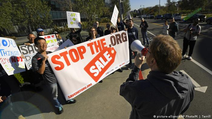 Protest sale of .org domain in Los Angeles (picture-alliance/AP Photo/M. J. Terrill)