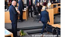 Ministerpräsidentenwahl Thüringen Kemmerich und Henning-Wellsow Blumenstrauß auf Boden