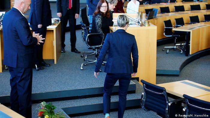 Очільниця фракції Лівих у парламенті Тюрингії кинула букет із квітами під ноги новопризначеному прем'єру Кеммеріху