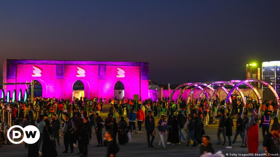حفلات ليلية ونساء بالبكيني على شواطئ السعودية