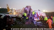 ISTANBUL, TURKEY - FEBRUARY 05: (----EDITORIAL USE ONLY 'Äì MANDATORY CREDIT - ISTANBUL SECURITY DIRECTORATE / HANDOUT - NO MARKETING NO ADVERTISING CAMPAIGNS - DISTRIBUTED AS A SERVICE TO CLIENTS----) Officials work around the site after a passenger plane skidded off the runway in Istanbul Sabiha Gokcen International Airport, breaking into two, on February 05, 2020 in Istanbul, Turkey. Several firefighters and paramedics were dispatched to the area. Sabiha Gokcen Airport has been temporarily closed to air traffic. Istanbul Security Directorate / Handout / Anadolu Agency | Keine Weitergabe an Wiederverkäufer.