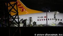ISTANBUL, TURKEY - FEBRUARY 05: Officials work around the site after a passenger plane skidded off the runway in Istanbul Sabiha Gokcen International Airport, breaking into two, on February 05, 2020 in Istanbul, Turkey. Several firefighters and paramedics were dispatched to the area. Sabiha Gokcen Airport has been temporarily closed to air traffic. Adem Koc / Anadolu Agency | Keine Weitergabe an Wiederverkäufer.