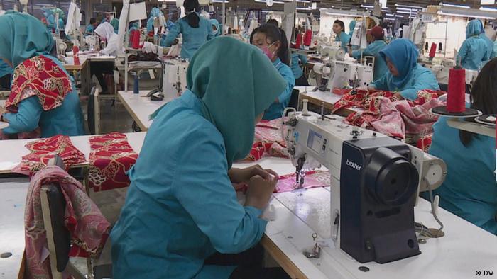 Ilustrasi pekerja di pabrik garmen