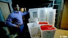 Iran Ein Mann mit Wahlurnen