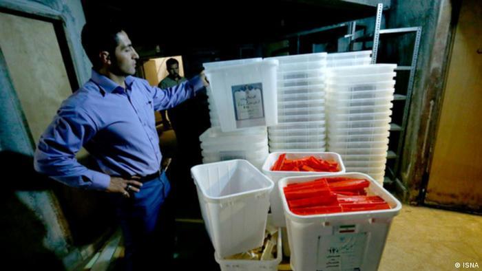 Iran Ein Mann mit Wahlurnen (ISNA)