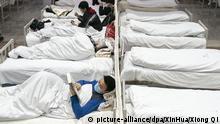 05.02.2020, China, Wuhan: Mit dem Coronavirus infizierte Patienten sind in einem provisorischen Krankenhaus untergebracht. Foto: Xiong Qi/XinHua/dpa +++ dpa-Bildfunk +++ |