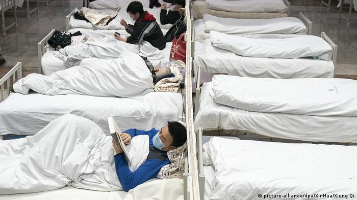 Пациенты больницы в городе Ухань в провинции Хубэй