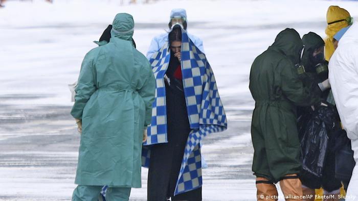 Врачи в защитных костюмах встречают в аэропорту Тюмени россиян и граждан СНГ, эвакуированных Москвой из китайского города Уханя, ставшего эпицентром распространения коронавируса, в Тюмень.