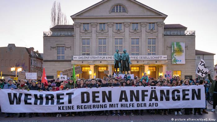 Tłum z transparentem pod pomnikiem Goethego i Schillera w Weimarze (05.02.2020)