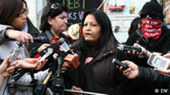 First Nations Demonstrantin auf einer Pressekonferenz in Pidgeon Park, Vancouver (Foto: Dörthe Keilholz/DW)