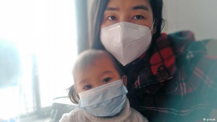 Hui Zhang e a filha Isabela em Wuhan, China
