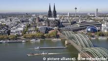 Blick von der Aussichtsplattform des Turms Triangle Köln auf die Innenstadt am Rhein mit Dom und Hohenzollernbrücke. Der Kölner Dom gehört zu den bekanntesten Bauwerken Europas, die Hohenzollernbrücke ist mit mehr als 1.200 Zügen am Tag die meistbefahrene Eisenbahnbrücke Deutschlands. Auf dem Rhein verkehren täglich unzählige Passagier- und Transportschiffe. (27.09.2018) | Verwendung weltweit