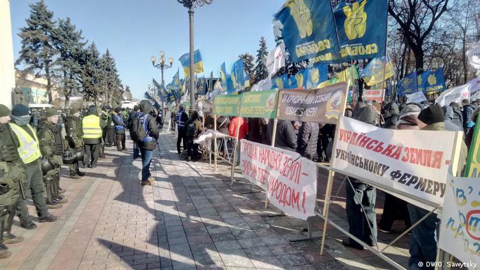 Протестувальників від будівлі парламенту відділяв кордон поліції