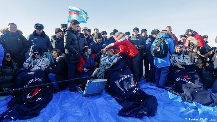 Christina Koch, Luca Parmitano und Alexander Skworzow nach der Landung in der kasachischen Steppe (Foto: Reuters/S. Ilnitsky)